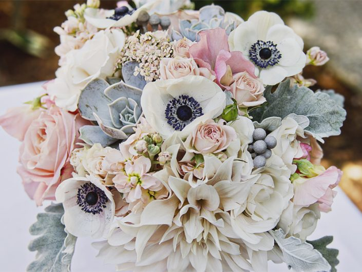 Seattle-Floral-Design-champagnue-peach-blush-dahlia-succulents-anemony-bouquet
